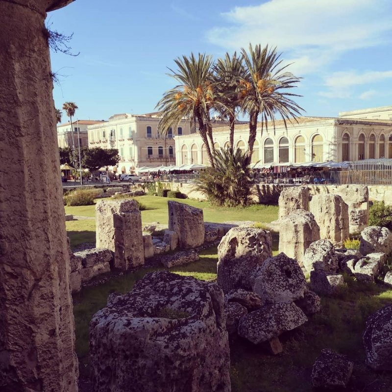 Siracusa is when you just casually walk past the remains of 2500-yo Greek temples in the middle of old town.